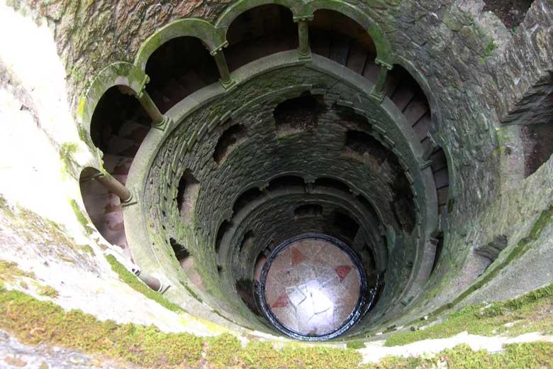 Interior de un pozo iniciático de la Orden Rosacruz